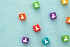 imagem de blocos coloridos com ícones dos povos sobre a tabela de madeira, recursos humanos e conceito da gestão Fotos de Stock