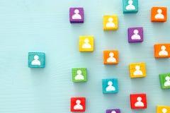 imagem de blocos coloridos com ícones dos povos sobre a tabela de madeira, recursos humanos e conceito da gestão Imagens de Stock Royalty Free