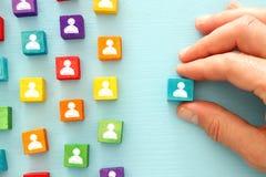 imagem de blocos coloridos com ícones dos povos sobre a tabela de madeira, recursos humanos e conceito da gestão Imagens de Stock