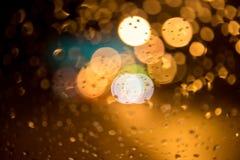 Imagem de Bokeh do farol do carro da estação das chuvas imagem de stock royalty free