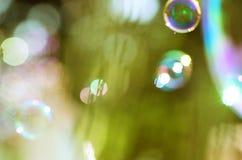 Imagem de bolhas de sabão sobre o fundo verde foto de stock royalty free