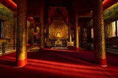 A imagem de buddha em Wat Phra Singh Temple fotografia de stock royalty free