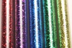 Imagem de cores do grupo cinco dos brilhos nos frascos de vidro - vermelhos, roxo, azul, verde, ouro (amarelo) Imagens de Stock Royalty Free
