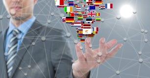 Imagem de Digitas do homem de negócios com várias bandeiras e os pontos de conexão Fotos de Stock Royalty Free