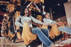 Imagem de dois amigos entusiasmado chocados das mulheres Fotografia de Stock Royalty Free