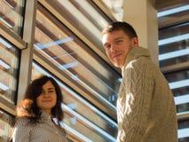 Imagem de dois empresários novos que estão e que sorriem no escritório Comece acima o conceito da equipe Fotografia de Stock Royalty Free