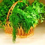Imagem de ervas diferentes em uma cesta Fotos de Stock