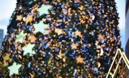 Imagem de fundo borrada: Árvore de Natal e bokeh borrados do coração Imagens de Stock