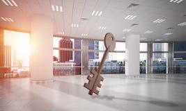 A imagem de fundo conceptual de chave concreto assina dentro o interior moderno do escritório Imagens de Stock Royalty Free