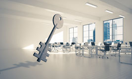 A imagem de fundo conceptual de chave concreto assina dentro offic moderno Foto de Stock Royalty Free