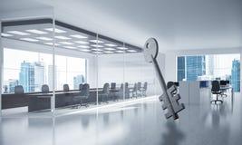 A imagem de fundo conceptual de chave concreto assina dentro offic moderno Fotografia de Stock Royalty Free