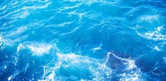 Imagem de fundo da superfície da água do mar do aqua com reflexão ensolarada foto de stock royalty free