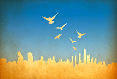 Imagem de Grunge da arquitectura da cidade com pássaros Imagens de Stock Royalty Free