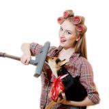 Imagem de guardar o cachorrinho bonito e a menina encantador do pinup bonito do aspirador de p30 com olhos azuis, encrespadores e imagens de stock royalty free