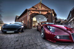 2 carros dos esportes estacionados fora de uma construção Fotografia de Stock Royalty Free