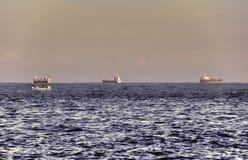 Imagem de HDR de 3 grandes navios no mar no horizonte Imagem de Stock Royalty Free