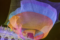 Imagem de HDR do 1 a instalação 26 líquida de flutuação por Janet Echelman na frente de Rudolfinum ao lado do quadrado de Palach  Fotos de Stock Royalty Free