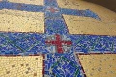 Imagem de mosaico da cruz ortodoxo com elementos da vegetação Cruz azul em um fundo dourado imagem de stock