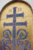 Imagem de mosaico da cruz ortodoxo com elementos da vegeta??o Cruz azul em um fundo dourado imagem de stock