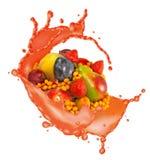 a imagem de muitos frutos e espirra do fim do suco acima imagem de stock