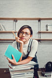 A imagem de mulheres asiáticas estava feliz aprender da leitura Imagens de Stock