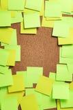 Imagem de notas pegajosas verdes e amarelas vazias no boletim BO da cortiça Fotografia de Stock Royalty Free