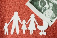 Imagem de papel das famílias felizes que estão esperando uma outra criança fotos de stock