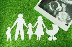 Imagem de papel das famílias felizes que estão esperando uma outra criança imagens de stock
