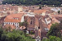 Imagem de partes superiores do telhado e de Piata Sfatului (quadrado do Conselho) em Brasov, Romênia Fotografia de Stock Royalty Free