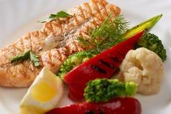 Imagem de peixes grelhados e de vegetais cozinhados Fotos de Stock