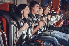 Imagem de quatro amigos entusiasmado chocados fotografia de stock