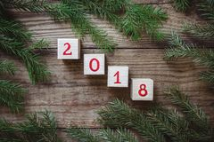 Imagem de ramos e de cubos da árvore de Natal com o número 2018 Fotografia de Stock Royalty Free