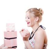 A imagem de receber presentes ou presentes surpreendeu a senhora elegante nova loura atrativa que tem o sorriso feliz do divertim Fotografia de Stock Royalty Free