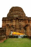 Imagem de reclinação da Buda nas ruínas de Stupa de Wat Yai Chai Mongkhon Temple, local arqueológico em Ayutthaya imagens de stock royalty free