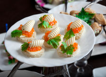 Imagem de sanduíches finos com caviar vermelho Imagem de Stock Royalty Free