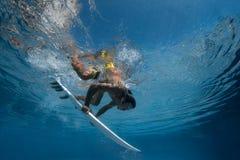 Imagem de surfar uma onda Sob a imagem da água Fotos de Stock Royalty Free