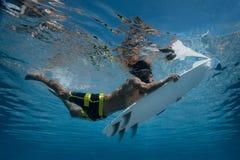 Imagem de surfar uma onda Sob a imagem da água Fotografia de Stock