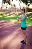 Imagem de um atleta fêmea que ajusta seu monitor da frequência cardíaca fotos de stock