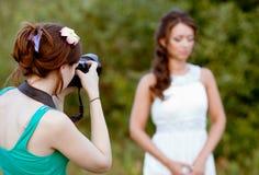 Imagem de um fotógrafo da mulher que faz uma foto Foto de Stock Royalty Free
