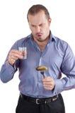Imagem de um homem com um vidro da vodca e de um pepino Fotos de Stock