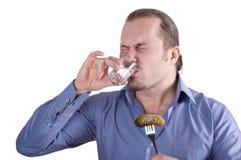 Imagem de um homem com um vidro da vodca e de um pepino Imagem de Stock Royalty Free