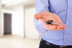 Homem de negócio que guardara uma chave. fotos de stock