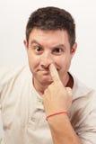 Imagem de um homem que escolhe seu nariz Imagens de Stock