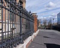 Imagem de uma cerca feita do ferro fundido decorativo bonito com forjamento art?stico Fim do corrim?o do metal acima foto de stock royalty free