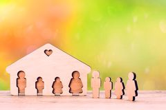 A imagem de uma família completa Figuras de madeira fotos de stock royalty free