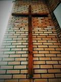 Imagem de uma grande suspensão transversal de madeira de Christian Protestant em uma parede de tijolo de uma igreja batista na op Foto de Stock