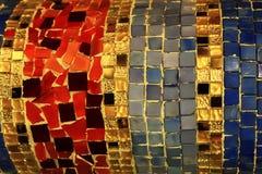Imagem de uma janela de vitral colorido com teste padrão irregular do bloco fotos de stock