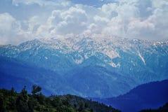 Imagem de uma montanha Himalaia com neve e de nuvens nela imagens de stock royalty free