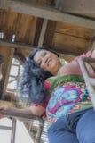 Imagem de uma mulher de sorriso em uma fábrica abandonada foto de stock royalty free