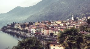 Imagem de uma opini?o do panorama do cannero riviera no maggiore do lago em Italia em um dia nebuloso nevoento imagem de stock royalty free